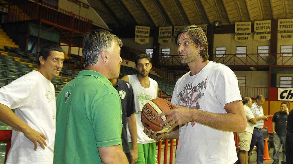 Oberto cerró su regreso a Atenas y visitó a sus nuevos compañeros en el Cerutti. (Foto: José Hernández)