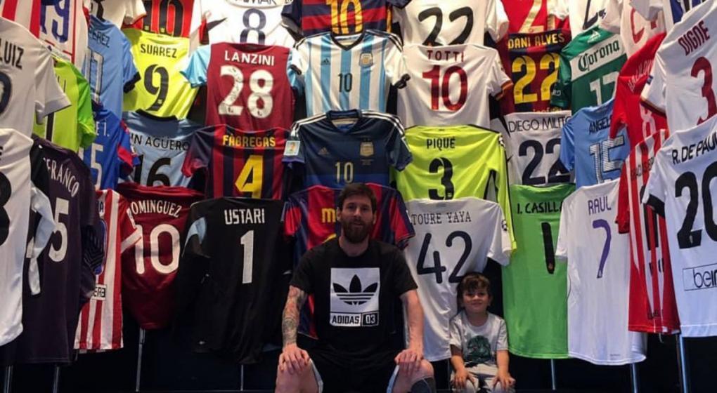 Messi desnuda… su clóset y presume colección de playeras