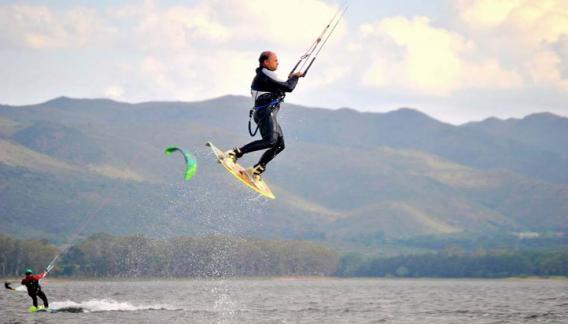 Mariano practica este deporte desde el año 2002 en el lago de Villa Carlos Paz y en el Lago Los Molinos. (CBAX)