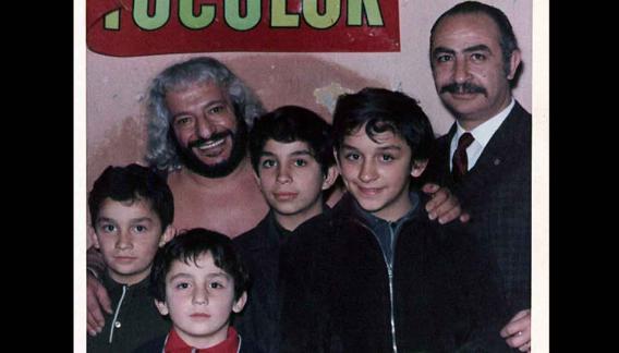 Karadagian en Atenas. El titán se sacó fotos con los niños de la época.