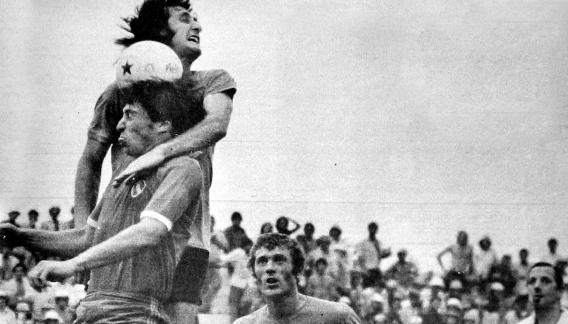 Omar Beccerica salta más alto que Norberto Outes. Belgrano venció 2-1 al Independiente que sería campeón.