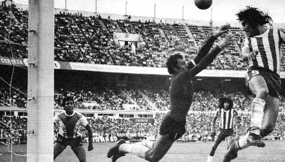 Humberto Bravo intenta el cabezazo ante la salida de Agustín Cejas. La jugada terminó en gol de Luis Ludueña.