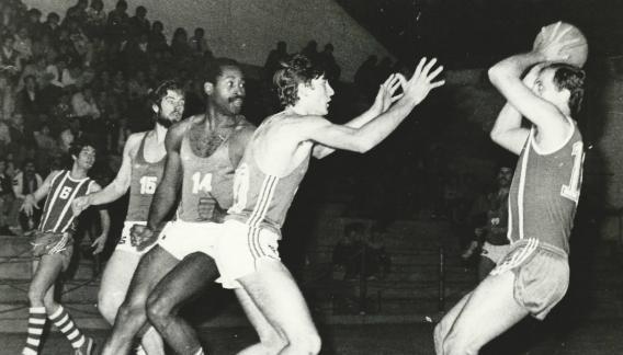 Argentino de Clubes 1981. Miguel Gerlero (padre) tiene la pelota. Desde la izquierda: Jorge Carrizo, Edio Parer, Norton Barnhill y Gastón Blasi. (Colección Gustavo Farías)
