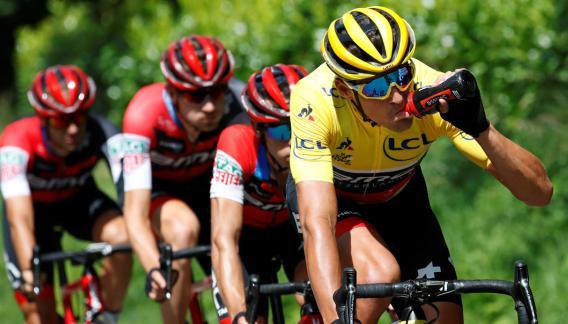 Greg van Avermaet retuvo el maillot amarillo de líder. (AP)
