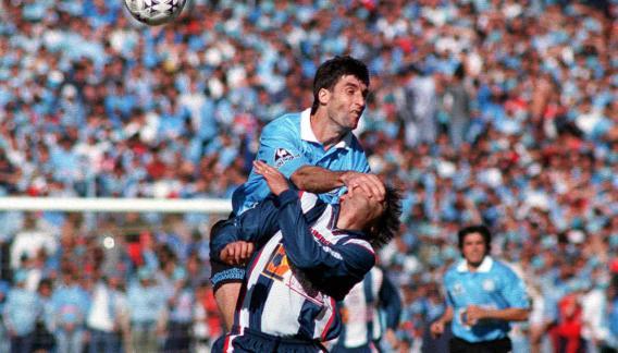 Cosme, jugando a todo o nada contra Talleres. La foto es del año 1999 (Foto: La Voz / Archivo).