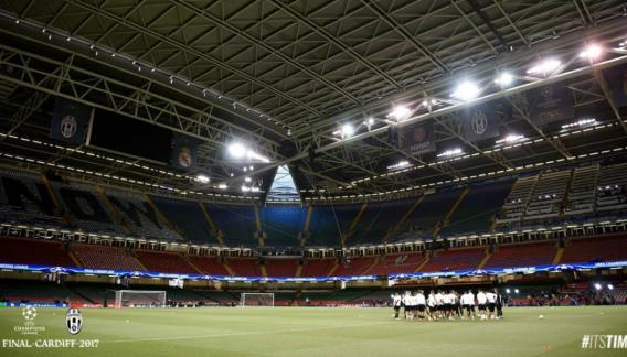 El estadio parece imponente, pero queda chico para semejante final. Fue construido para el Mundial de rugby de 1999. (Presa Juventus)