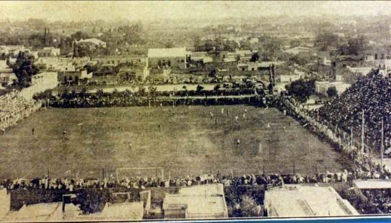 1929. En la inauguración de las primeras tribunas del Gigante, el público desbordó el escenario.