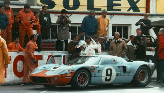 Sigue la paternidad. El Ford GTE Pro, se impuso ayer en Le Mans sobre la nueva Ferrari 488 GTE, como había ocurrido medio siglo antes.