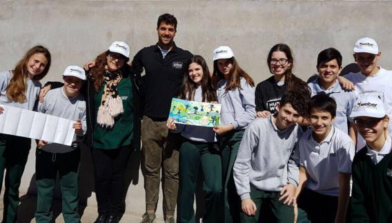 Fede en el colegio secundario donde fue en Casilda. Su proyecto construyó una medianera de 40 metros y un hermoso mural. (Foto: Gentileza).
