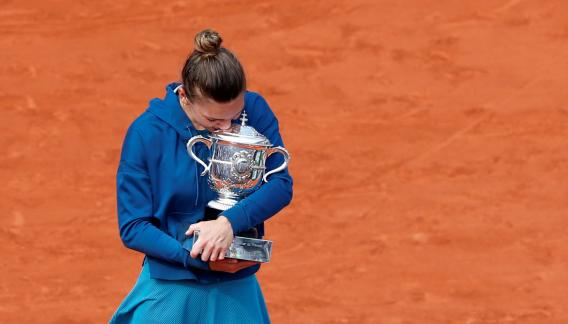 Simona Halep celebra su victoria. Se consagró en París. (AP)