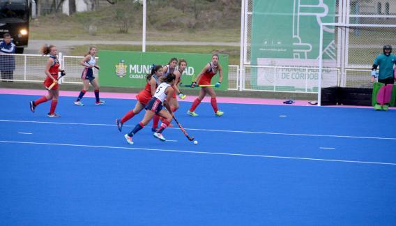 El seleccionado femenino cordobés ganó el primer partido que se disputó en el flamante sintético cordobés. (Prensa Municipalidad de Córdoba).