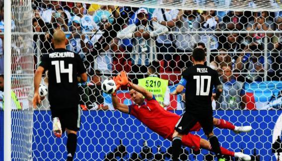 Argentina tuvo un amargo debut ante Islandia