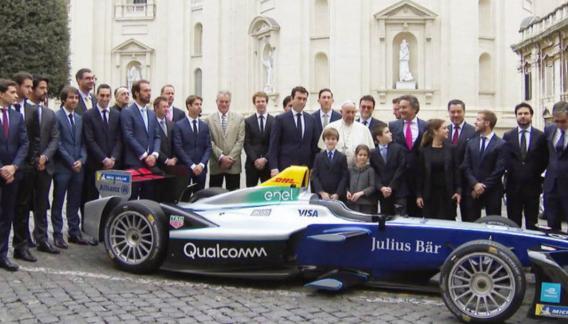 Francisco recibió a representantes de la Fórmula E, que este fin de semana corre en Roma.