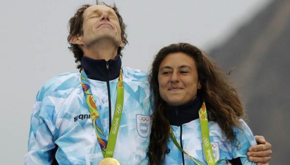 """Un momento único. Lange y Carranza sobre el podio olímpico. Desde ese día, """"Ceci"""" elige seguir soñando."""