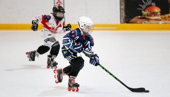 El deporte se realiza en una superficie lisa, rodeado por barandas que evitan que el tejo salga de la cancha. (CBAX)