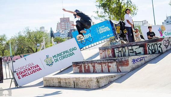 Jóvenes y niños de todas las edades se ven atraídos por esta actividad del skateboarding. (CBA X)