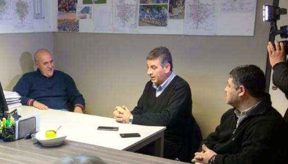 Daniel Sotto acompañado por el intendente de Las Varillas, Daniel Chiocarello, y el presidente de la Cooperativa de Energía Eléctrica de la ciudad, en la presentación de la sede.