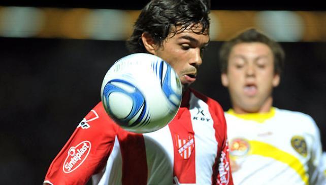 Cristian Gaitan intenta dominar la pelota ante la marca de un jugador de Policial. (Foto: Ramiro Pererya / Enviado especial).