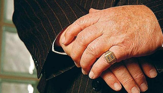 La frase grabada en un anillo que le regaló a Grondona Noray Nakis. (Foto: Internet)