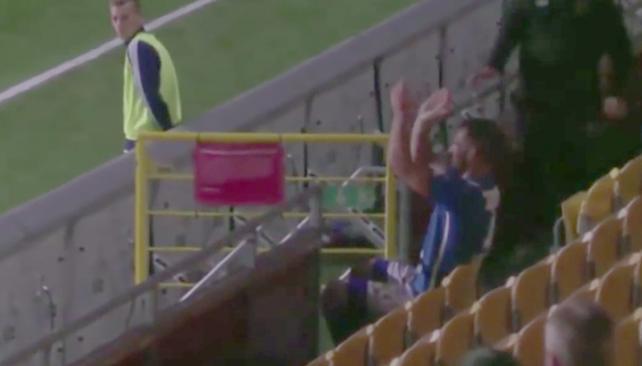 Un futbolista es expulsado por aplaudirse desde la grada
