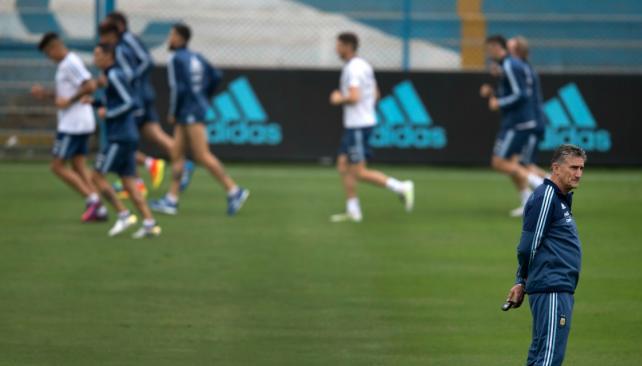 Argentina pagó caro los errores y terminó empatando con Perú