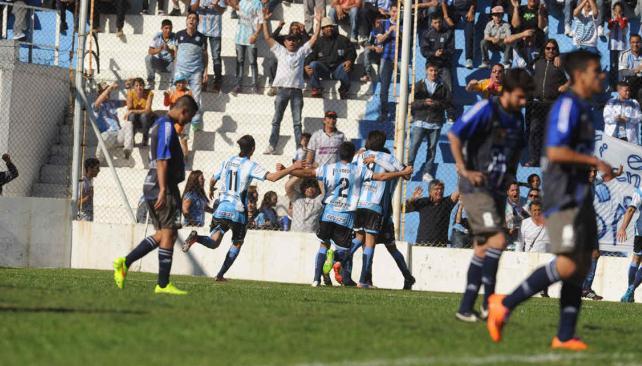 Racing goleó a Juniors en Nueva Italia (Foto: Ramiro Pereyra).