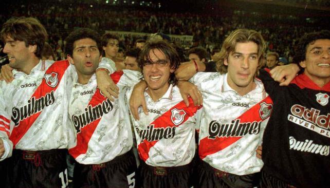 Berti, Astrada, Sorín, Gancedo y Montserrat, dando una vuelta olímpica en agosto del '97. (Foto: Archivo)