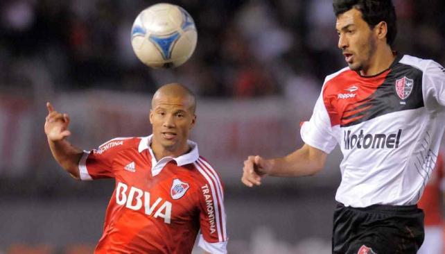 Sanchez y Víctor López, en una escena del partido de River y Newells (Foto: DyN).
