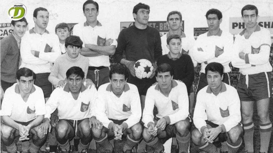 Huracán de Parque Patricios el 28 de mayo de 1967 frente a San Lorenzo (1-2). Navarro; Ginarte y Fernández; Diez, Viberti y Poncio; Tedesco, Gómez, Obberti, Davino y Medina. (Foto: La Voz).